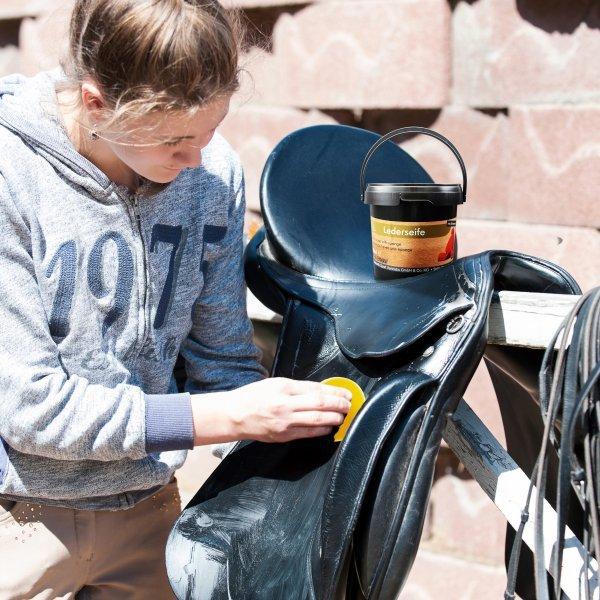 Lederseife Plus Schwamm von Equi Deluxe ideale Pflege für Sattel, Trense, Autositze, Taschen, und weitere Glattleder - 500ml