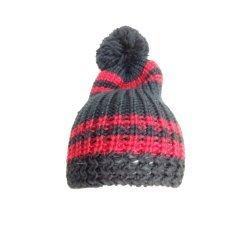 Wintermütze aus weichem Strick mit Bommel, von Equi Deluxe, One Size, schwarz rot